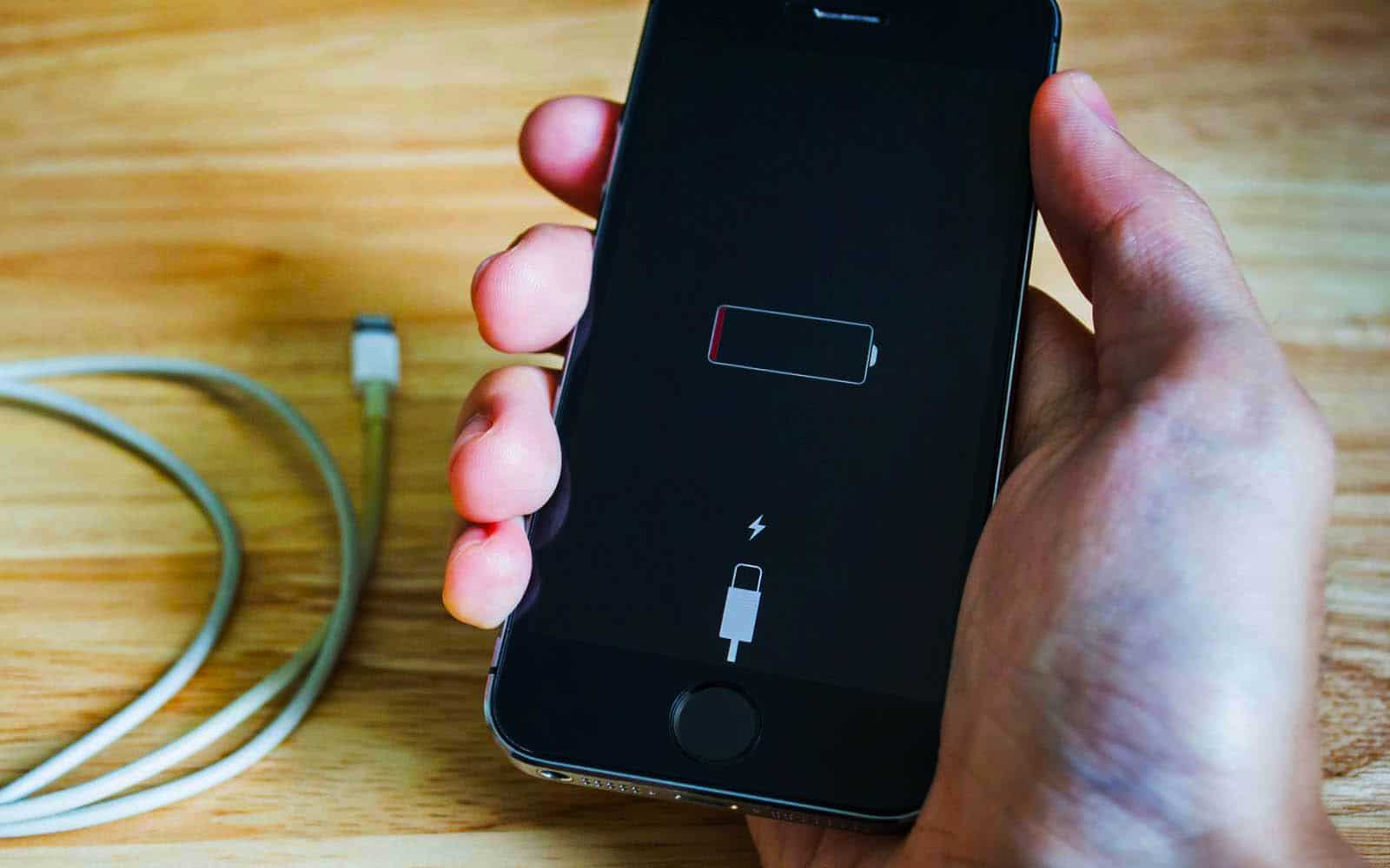 Почему у смартфона батарея держится 1 день?